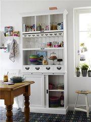 Toller weißer Küchenschrank im Landhausstil