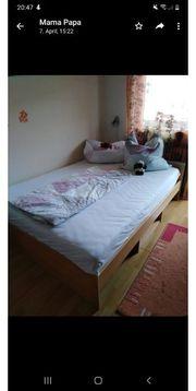 Bett und Kleiderschrank