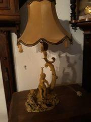 Antike Tischlampe mit Frauenfigur