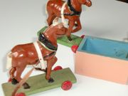 Alte kleine Pferdchen auf rollbrettern