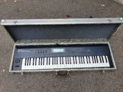 Synthesizer Roland D-70 mit Case