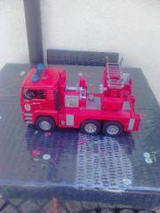 2 Spielzeugautos