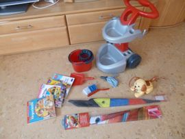 Konvolut Kleinkinderspielzeug mit Putzwagen, Snoopy usw. / Bauklötze . Helm