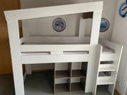 Hochbett mit Leiter und Regal