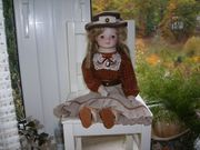 Dekorative Puppe als Dame bekleidet