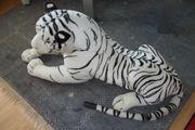 Tiger aus weißem Plüsch mit