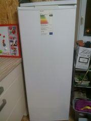 Hoher Kühlschrank