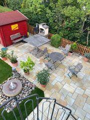 Gartentisch mit vier Stühlen und