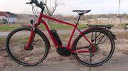 Rotes Cube Herren E-Bike mit