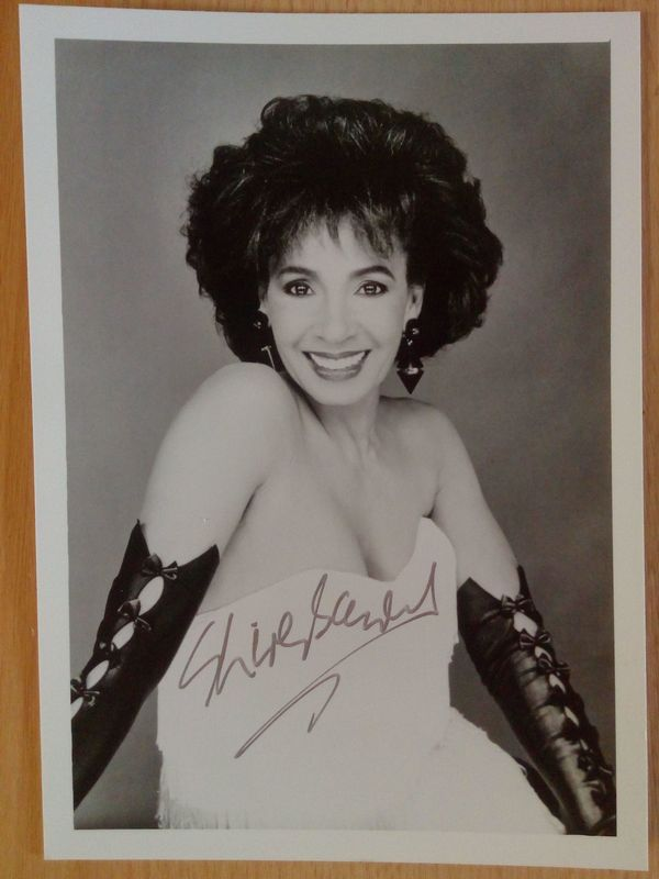 Shirley Bassey Halbgroßfoto handsigniert