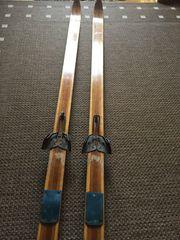 Nostalgische Ski mit Schuhen uralter