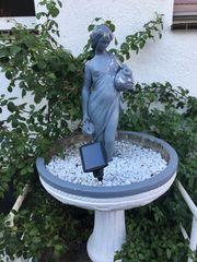 Steinbrunnen mit Frau