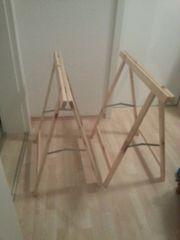 zwei helle Holzböcke
