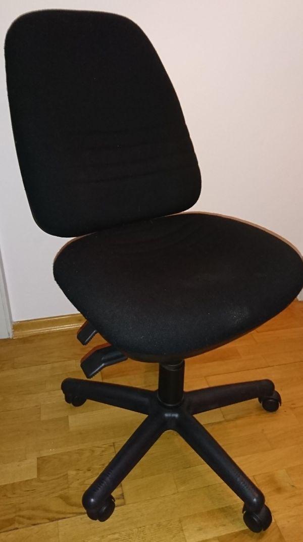 Schreibtischstuhl aus schwarzem Stoff