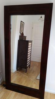 Großer Stehspiegel in massiver Holzfassung