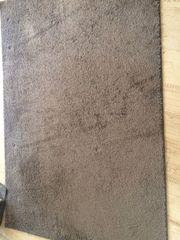 2 graue Teppiche