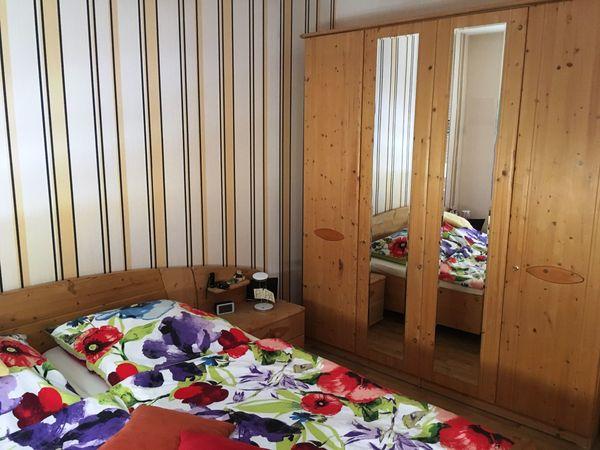 Schönes Schlafzimmer aus Massivholz in Kleinwallstadt ...