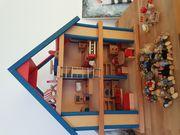 Holzpuppenspielhaus mit 15 Puppen