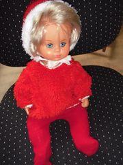 Puppe mit roten Kaputzenpulli