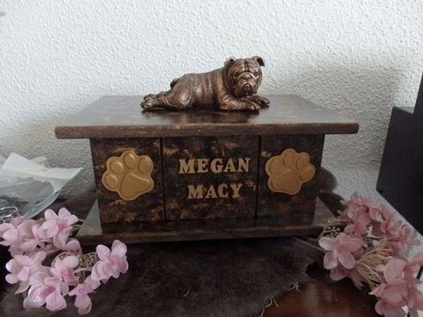 Englische Bulldogge statue auf urne als set zu verkaufen.