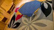Bett Kleiderschrank Tisch Wohnwand Teppiche