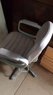 2 Friseur Stühle mit Pumpe
