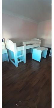 Halbhohes-Bett mit Schreibtisch
