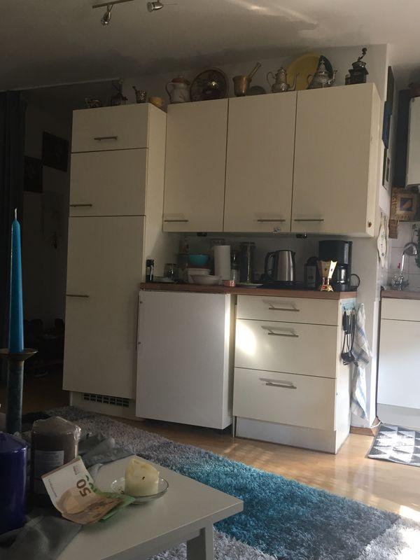 kleine Küchenzeile mit Kühlschrank und