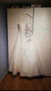 Hochzeitskleid mit Stola und Reifrock