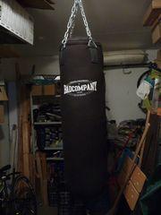 Boxsack Bad Company mit Boxhandschuhen