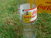 Gelbe Retro-Coca-Cola Light-Kiste mit 12