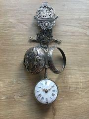 Oignon Silberrepousse Spindeltaschenuhr mit Chatelaine