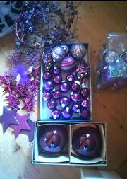 Weihnachtsdekoration in lila violett