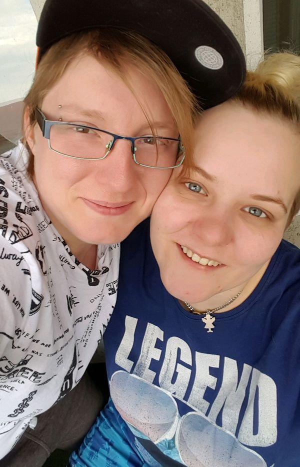 Lesbisches Paar sucht Frau für