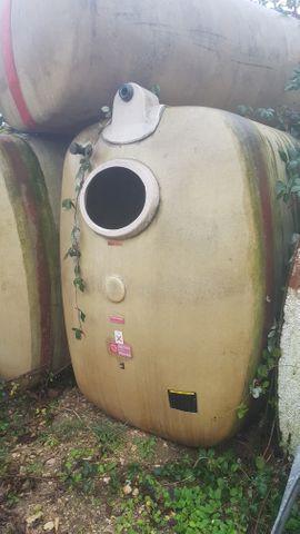 Landwirtschaft, Weinbau - Wassertanks verschiedene Größen stehend oder