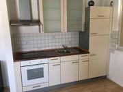 Küche mit Kühlschrank mit Gefrierschrank