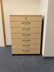 Moderner schöner Büroschrank helles Design