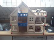 Holzpuppenspielhaus mit Einrichtung