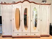 Schöner Schlafzimmerschrank im Landhausstil