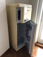 Moderner Retro Kühlschrank in gutem