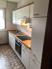 Küche mit Ceranherd und Kühlschrank