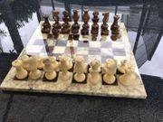 Schachbrett mit Figuren aus Marmor