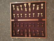 Schachspiel in einer Holzbox
