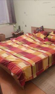 Doppelbett mit zwei Nachtschränkchen