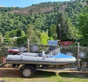 Motorboot mit Außenborder und Trailer