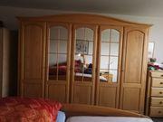 Komplettes Schlafzimmer aus Massivholz an