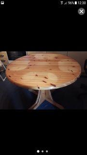 Runder Holztisch mit 4 Stühlen
