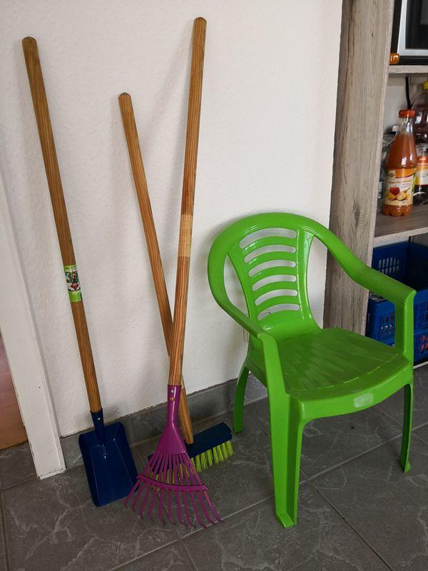Kinder Gartengeräte, Gartenhandschuhe und Gartenstuhl - Rheinstetten - Bestehend aus einem Besen, einer Schaufel, einem Rechen, Gartenhandschuhe und nach getaner Arbeit zum Ausruhen einen Gartenstuhl. Alles in einwandfreiem Zustand. Neuwertig. Bitte nur Selbstabholer. - Rheinstetten