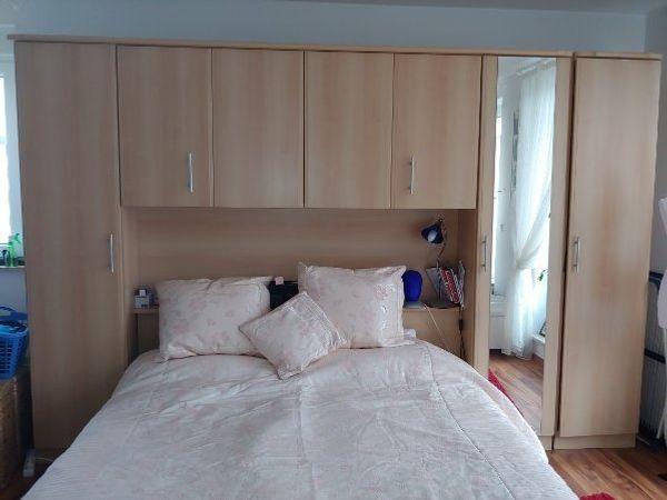 Schlafzimmer Kleiderschrank Bett mit Überbau wie NEU in ...