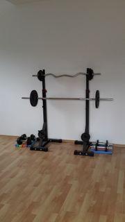 Hantelstangen mit Rack und Gewichten